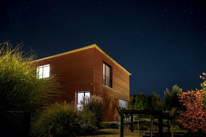 holzhaus bauen vorteile nachteile massivhaus bio solar haus de haus aus holz braun großer garten in der nacht