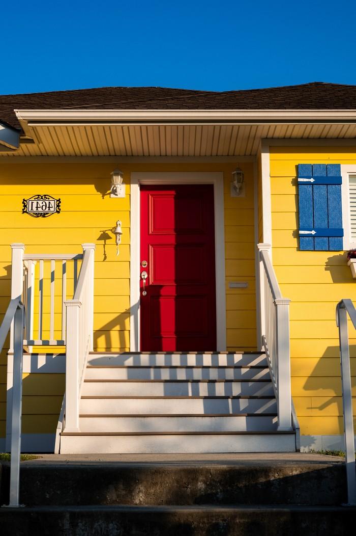 holzhaus oder massivhaus vorteile des holzhauses bio solar haus de gelbes holzhaus mit roter eingangstür weiße treppen