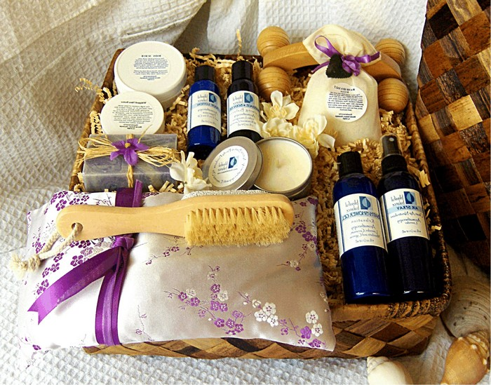 ideen zum 60 geburtstag originelle geschenke zum 60 geburtstag 60 geburtstag frau geburtstagsgeschenk mann spa set mit kosmetik und körperbürste in lila und blau