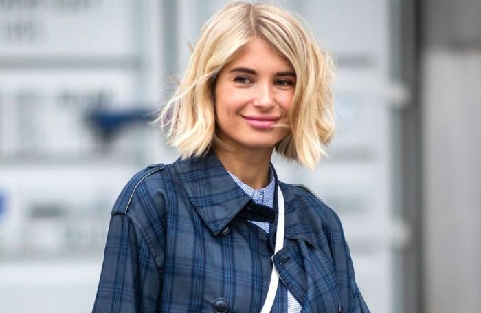 influencerin xenia adonts blauer mantel street style kurze blonde haare gewellt choppy bob 2021 inspo