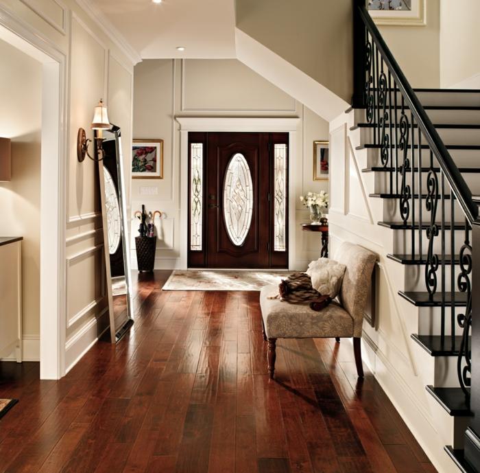 inspiration inneneinrichtung flur minimalistisch einrichten dunkler holzboden schwarze treppen kleines sofa im eingangsbereich