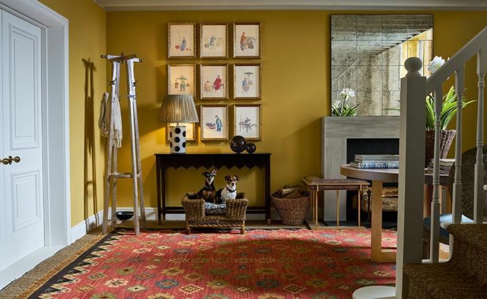 interior design 2021 farben treppenhaus beispiel wandfarbe gelb bilderwand minimalistische wanddekoration bilder roter teppich