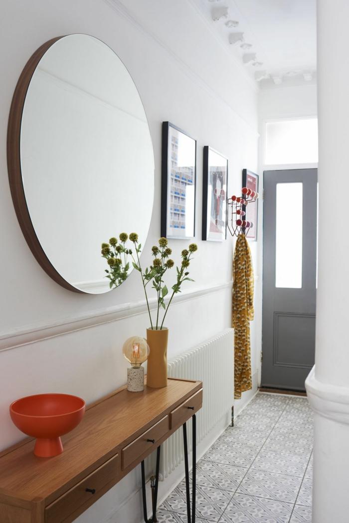 interior design ideen großer runder spiegel holztisch mit schubladen und metallbeinen schmalen flur gestalten