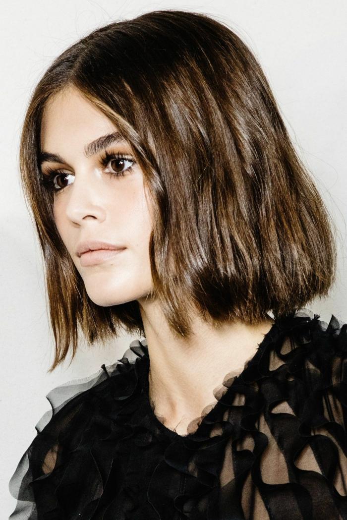 kaia gerber fashion week schwarzes kleid elegant kurze braune haare bob frisuren 2021 inspo