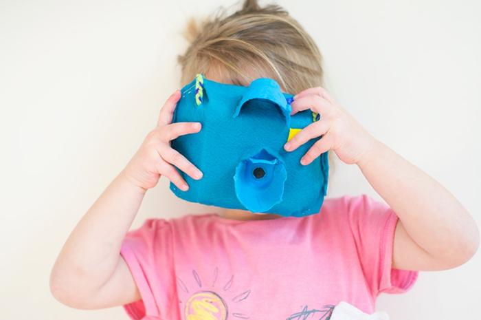 kind spielt mit einer kamera aus pappe diy anleitung schritt für schritt mit eierpappen basteln kreative ideen