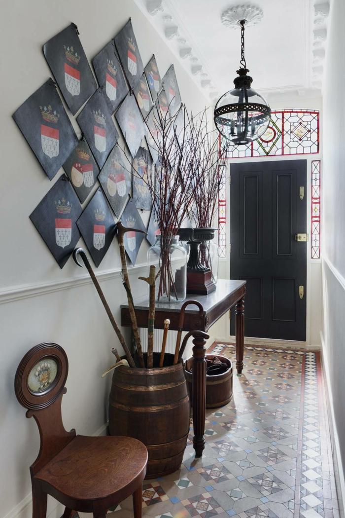 kleinen flur gestalten wände vintage möbel aus holz wandekoration mit wappen rustikale innenausstattung ideen