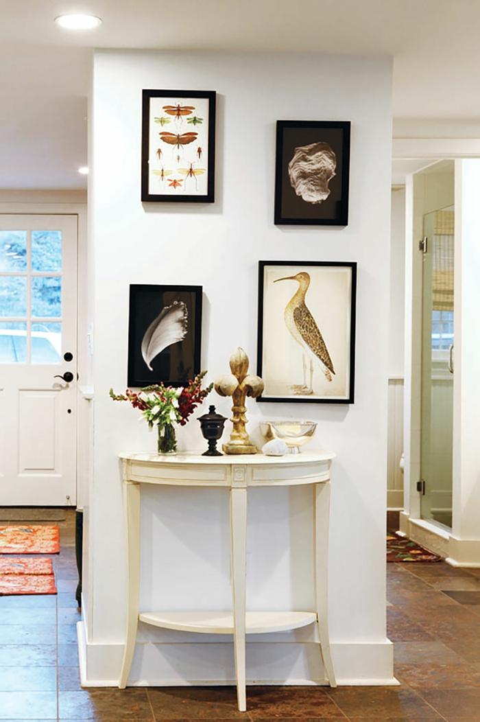 kleiner weißer deko tisch flur gestalten wände mit bildern und fotos interior design 2021 inspiration deko figuren ideen