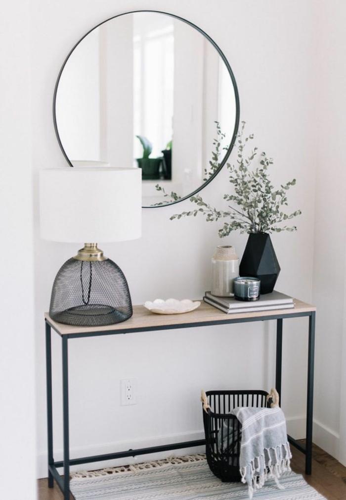 konsolentisch aus holz mit metallbeinen großer runder moderne lampe schwarzer deko korb minimalistisches interior design schmalen flur gestalten