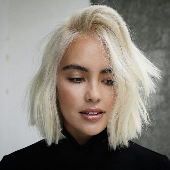 kurze haare frisuren platinum blond choppy bob feines haar kruzhaarfrisuren 2021 coole inspiration minimalistisch geschminktes gesicht