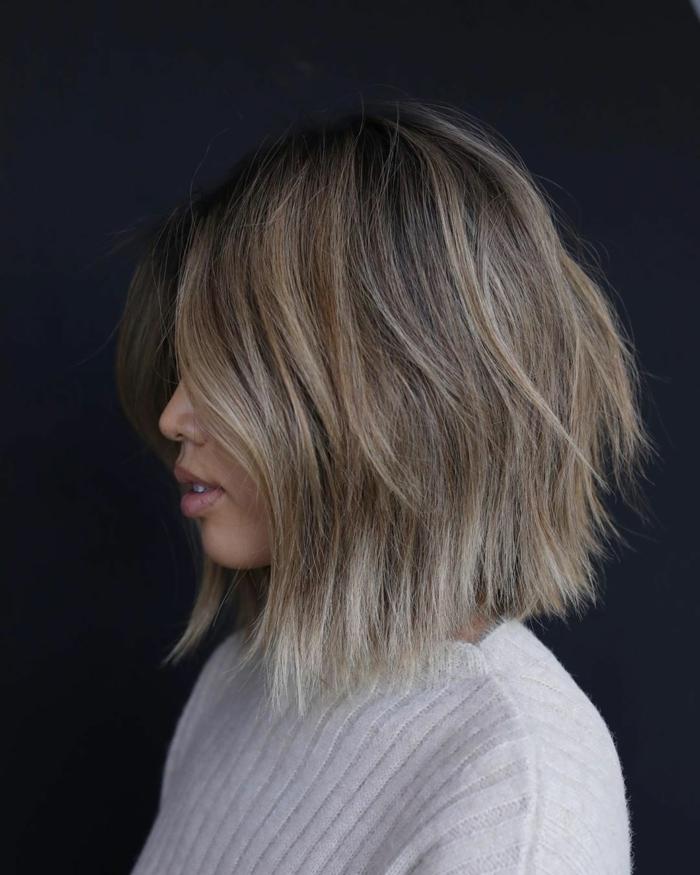 kurzhaarfrisuren mit blonden strähnen inspiration kurze haare inspiration weiße bluse trendfrisuren bob 2021 inspo