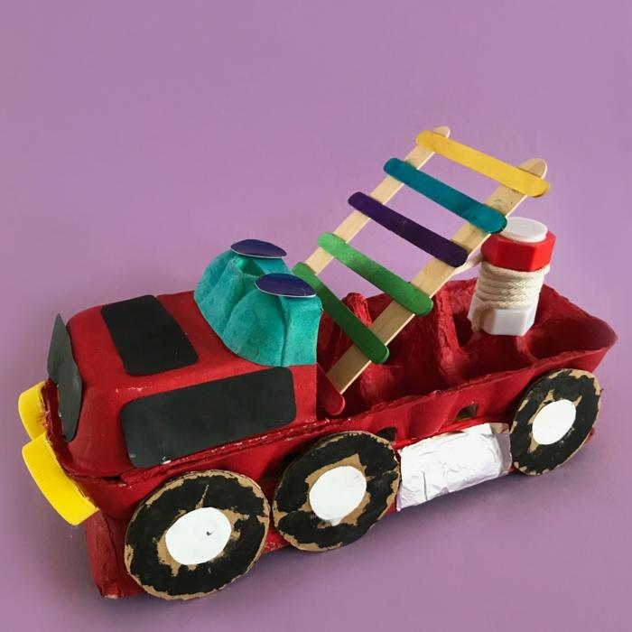 löschfahrzeug selber basteln mit kindern spielzeuge aus eierkarton basteln kreative bastelideen für kinder