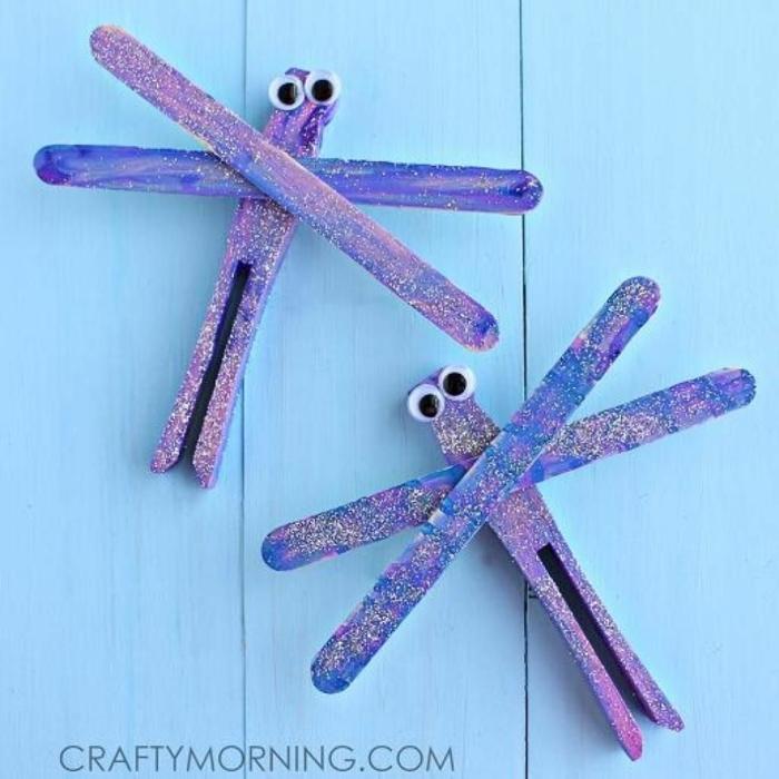 lila schmetterlinge aus eisstäbchen selber machen eisstiele basteln upcycling ideen holzstäbchen bastelideen für kinder