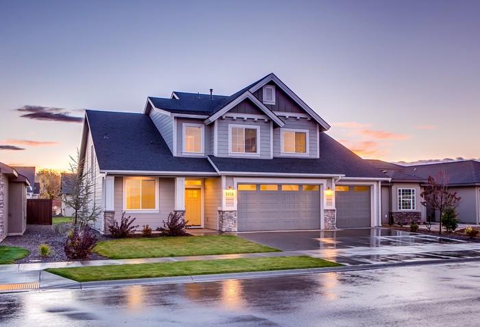 massivhaus oder holzhaus bevorzugen vorteile und nachteile bio solar haus de massivhaus weiß große straße am abend