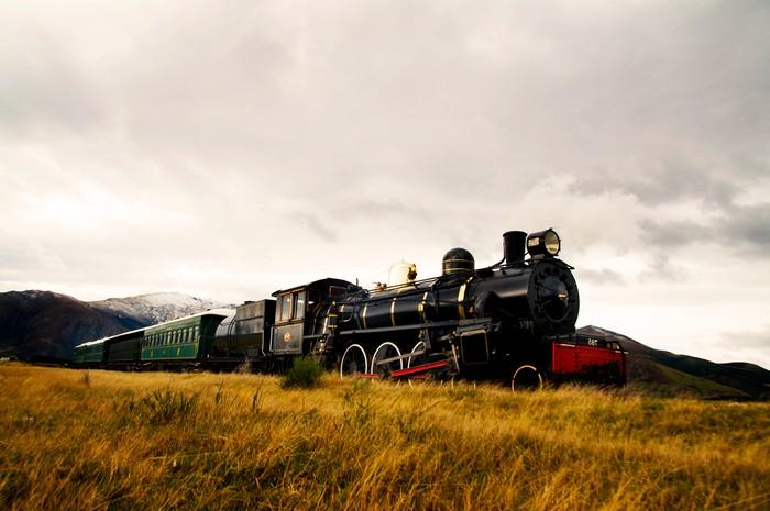 mit dem zug fahren reisen omio de deutsche bahn dampfzug schwarz auf dem land schwarz
