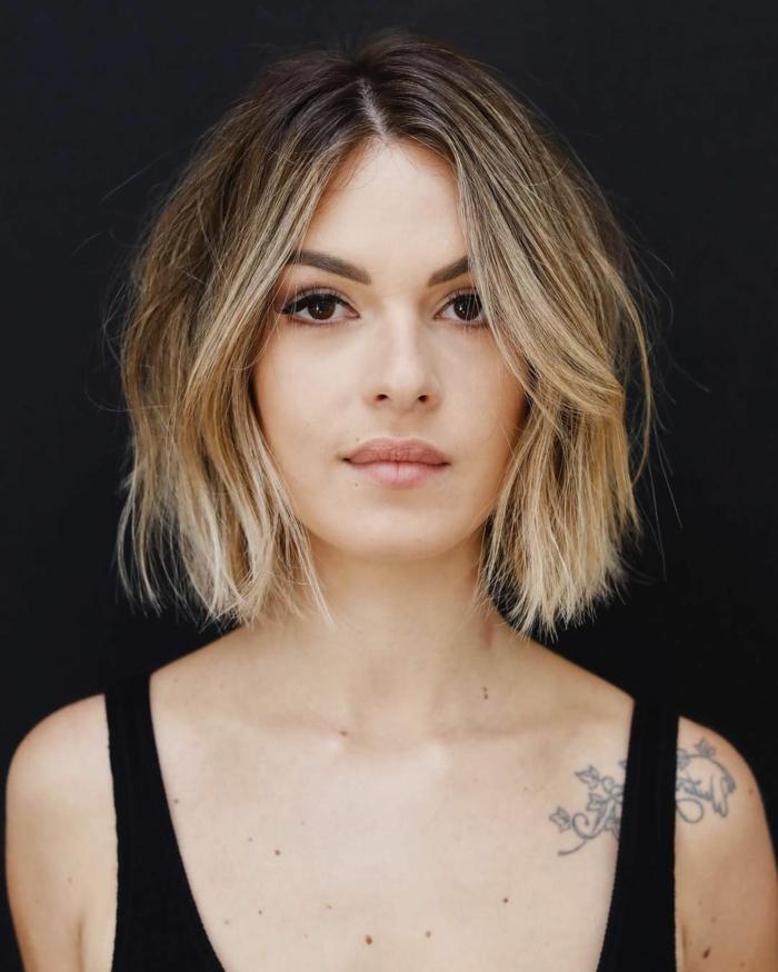 model foto schwarzes top tattoo am schulter choppy bob 2021 inspiration blonde haare