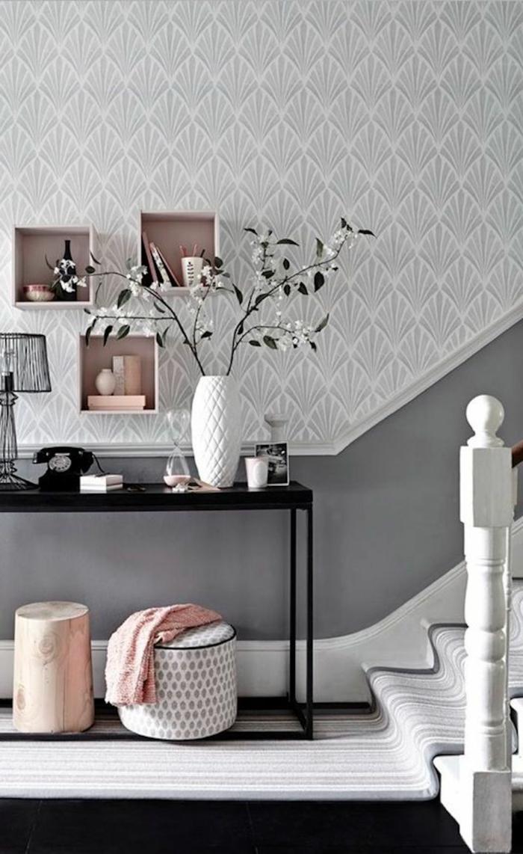 modern flur gestalten wandfarbe grau treppenhazs große weiße vase mit blumen weißer teppich schwarzer boden schwarzer tisch mit metallbeinen