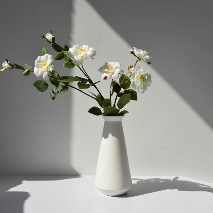 moderne weiße vase mit blumen wohnaccessoires