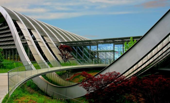 modernes gebäude mit vielen grünen flächen nachhaltige architektur natur bewahren und behalten