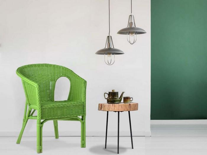 nachhaltige wohntrends für wohnzimmer mit rattanmöbeln einrichten grüner armlehnstuhl holz teetisch lampen