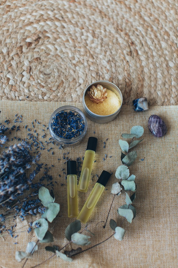 parfüme auswählen die besten parfüme für männer trends und tipps drei kleine parfümflaschen blumen
