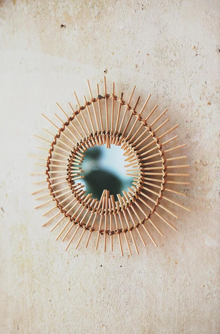 rattanmöbel nachhaltig wohnen wohntrends umweltfreundlich spiegel mit rattanrahmen betonwand