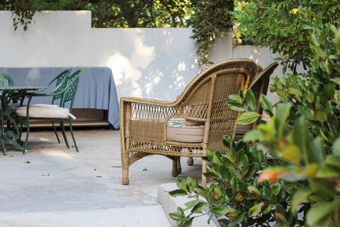 rattanmöbel nachhaltige wohntrends für wohnzimmer und haus rattan armstuhl dunkle farbe garten pflanzen