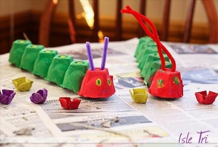 raupe nimmersatt basteln mit eierkarton zwei raupen bemalt in rot und grün dekoration ideen selber machen