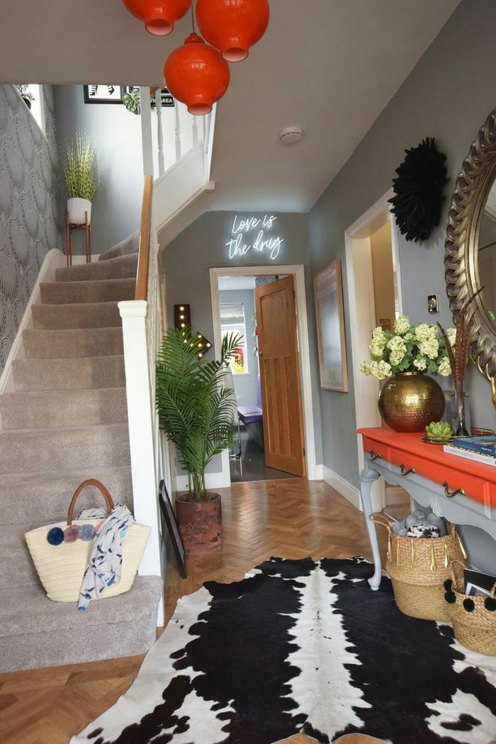 rote lampen schwarz weißer teppich schmalen flur gestalten orange grauer konsolentish mit zwei schubladen treppen mit grauem teppich