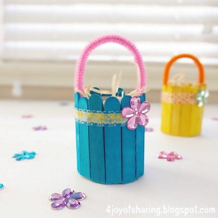 süße kleine körbe basteln mit eisstielen frühling in blau und gelb frühlingsdekoration selber machen inspiration und ideen