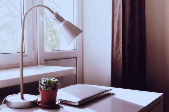schreibtisch mit lampe laptop und kaktee fenster kunststoff wichtige informationen