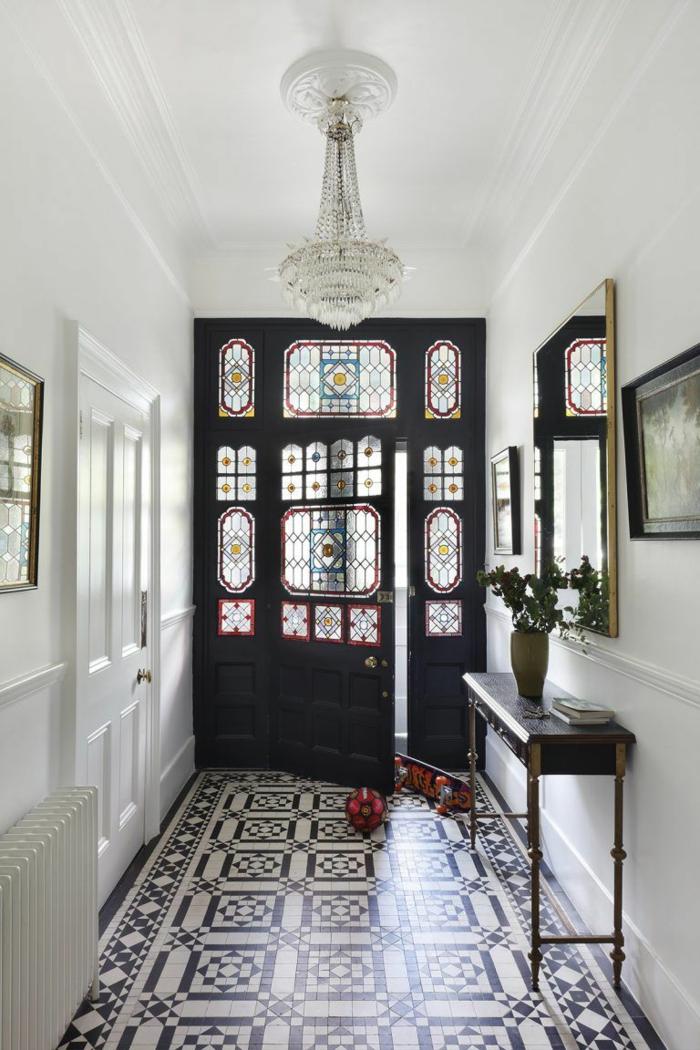 schwarz weiße mosaik fliesen kleinen flur modern gestalten kleiner schwarzer tisch großer spiegel und bilder an die wand innenausstattung eingangsbreiche inspiration