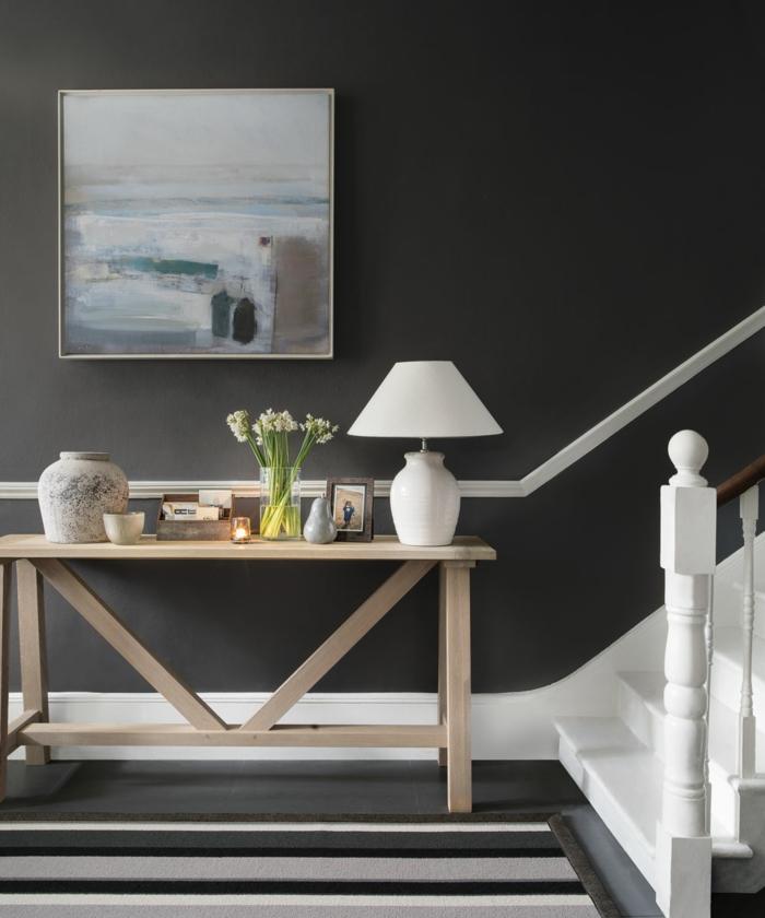 schwarze wand farben treppenhaus beispiele und inspiration artistisches gemälde an die wand tisch aus holz kleine weiße lampe dekoration blumen