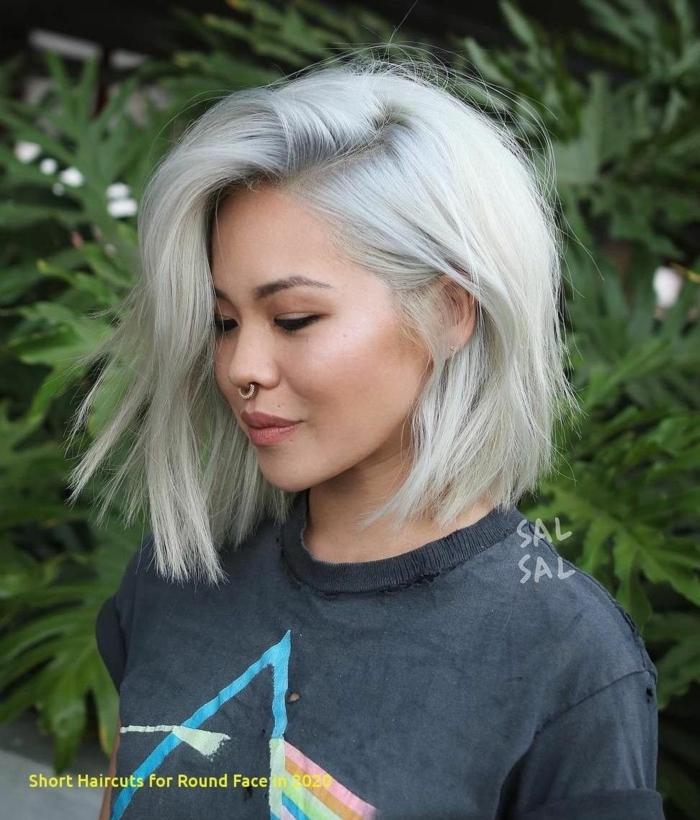 schwarzes casual t shirt gestuft bob frisuren damen frisuren 2021 junge frau mit grauen haaren trendige haarfarben