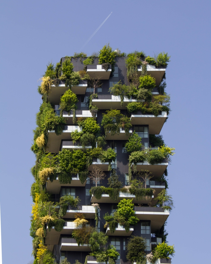sehr großes gebäude mit vielen grünen pflanzen nachhaltiges bauen grüne architektur inspiration