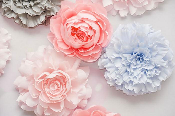 selbstgemachte geschenke mama geschenk für mama basteln mit kindern bastelideen muttertag blumen aus papier basteln krepppapier rosa blaue blumen