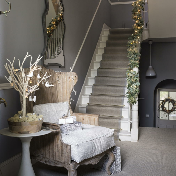 sofa-aus-holz-mit-weißer-polsterung-runder-tisch-dekorativer-baum-kleinen-flur-gestalten-inspirierende-ideen-für-die-inneneinrichtung