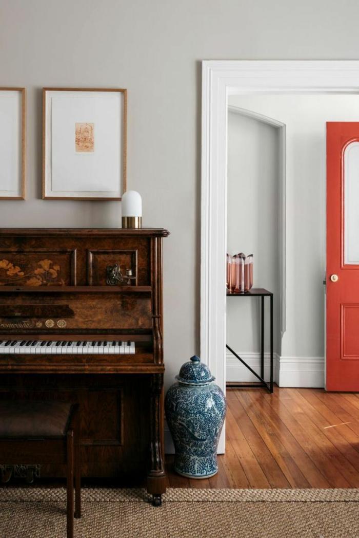 statement tür orange flur ideen für den eingangsraum inspiration eingangsraum modern gestalten inspo großes piano farben treppenhaus beispiel