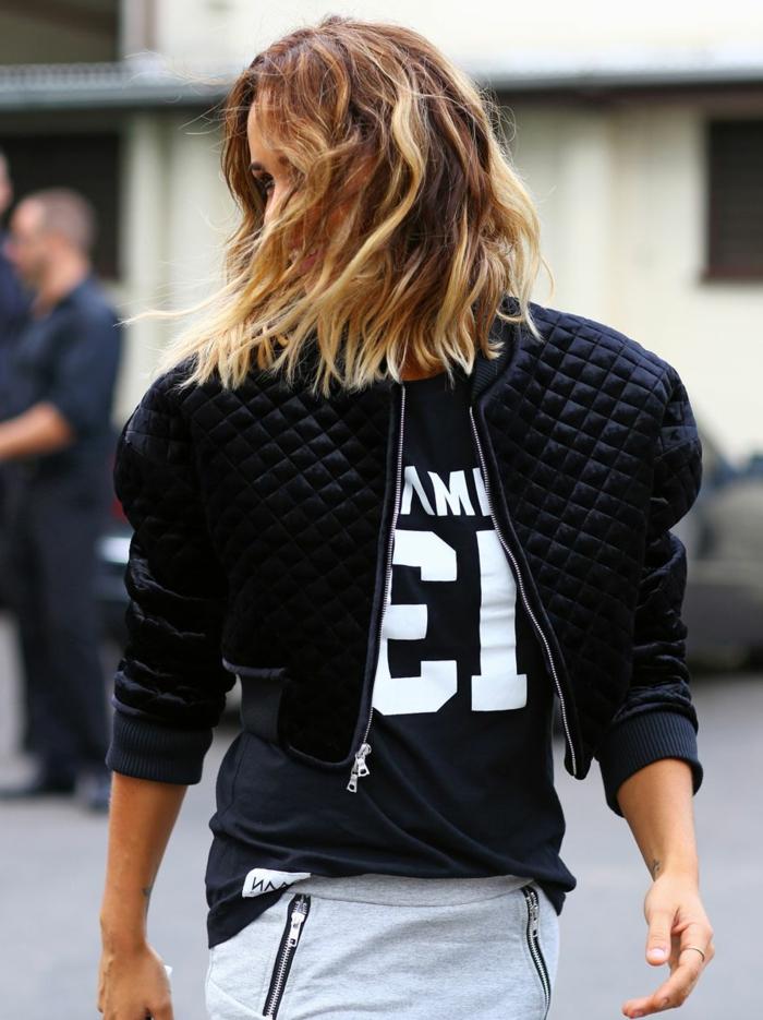 street style inspiration schwarze jacke und t shirt kurze blonde haare gewellt trendfrisuren bob 2021