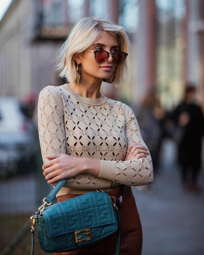street style xenia adonts blaue mini tasche braune bluse dame mit kurzen haaren choppy bob dünnes haar