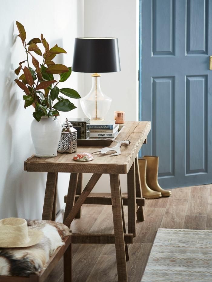 vintage holztisch weiße vase mit grünen pflanzen schwarze lampe kleinen eingangsbereich gestalten modern interior desing inspo