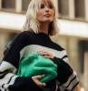 xenia adonts style inspiration oversized pulli grüne tasche kurze blonde haare mit pony bob frisuren 2021 ideen und inspo