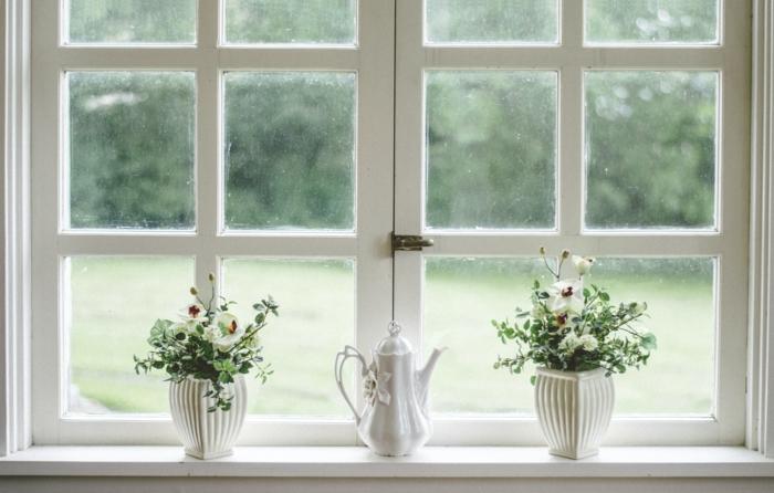 5 großes weißes fenster schöne grüne pflanzen holzhaus