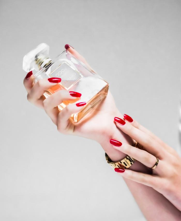 parfüm testen tipps hände einer frau