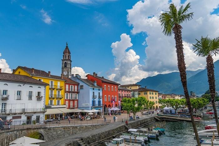 ascona die schweiz urlaub in ascona meerküste lago maggiore boote gebirge häuser