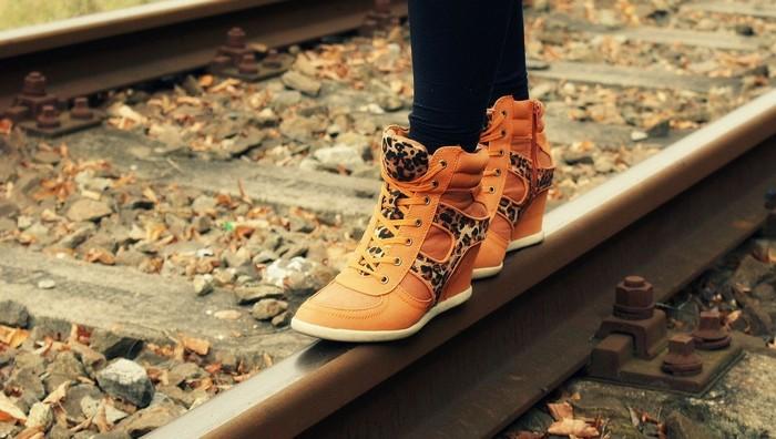 damenmode frau füsse sportsschuhe stiefel orangen leopard print zug schiene guess damen bekleidung
