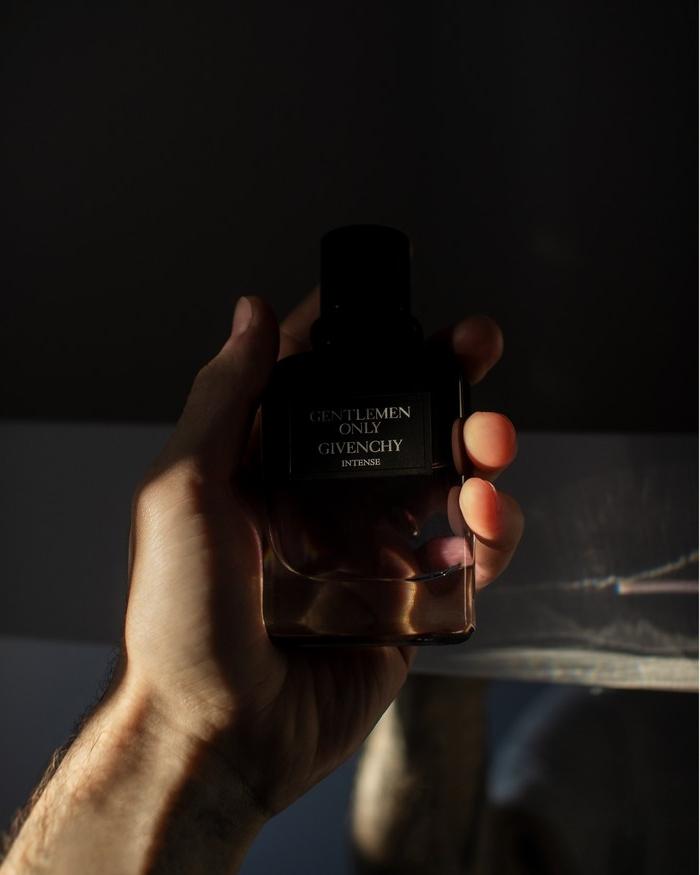 die besten parfüme für männer parfüm auswählen notino at mann hand hält dunkle flasche