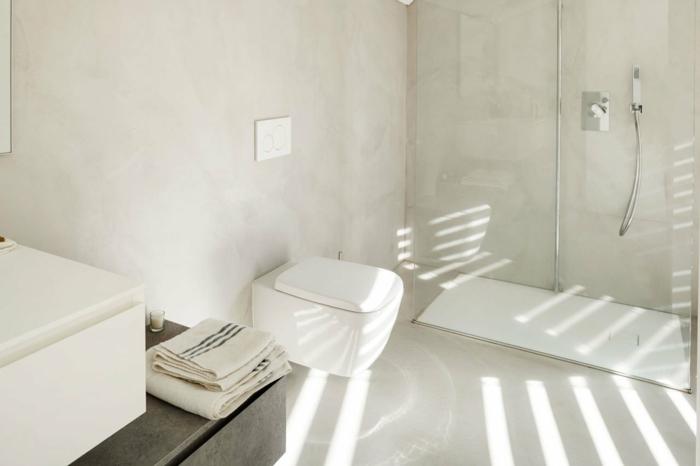 ein badezimmer mit mikrozement
