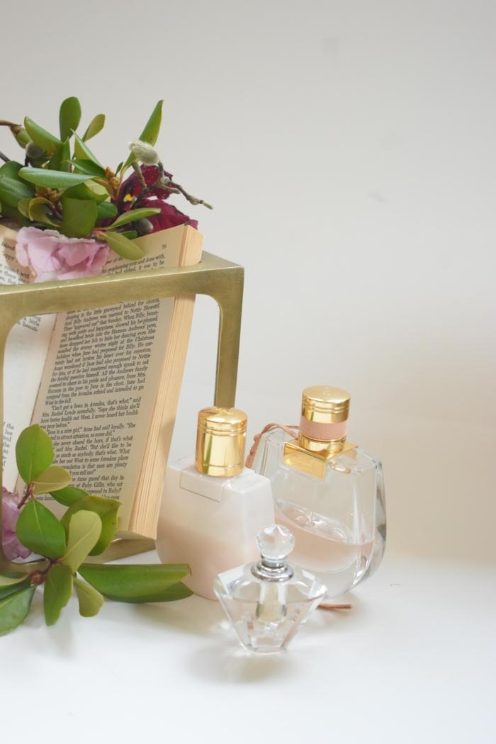 ein buch kleine flaschen mit parfüm