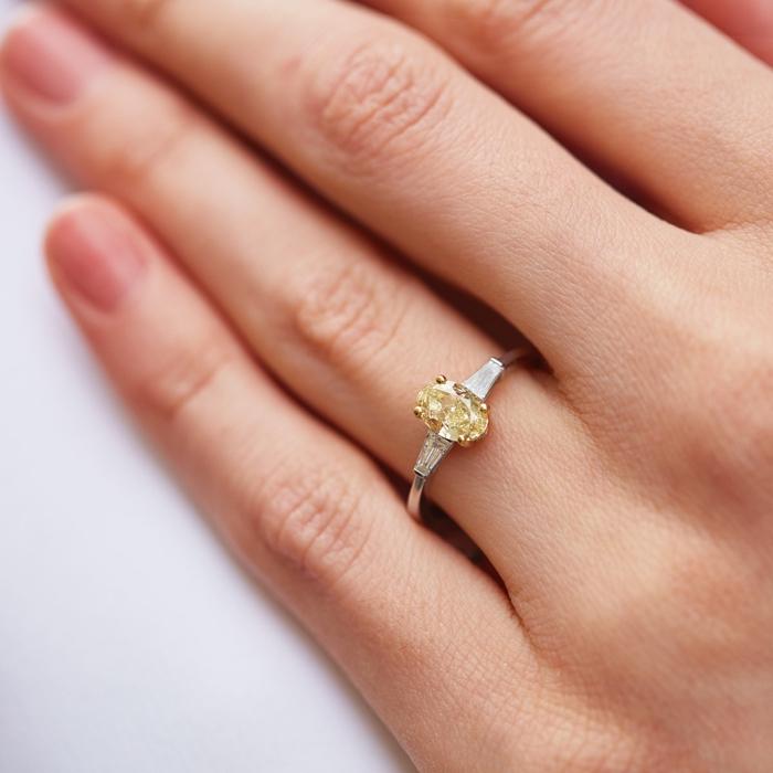 eine hand einer frau mit ring