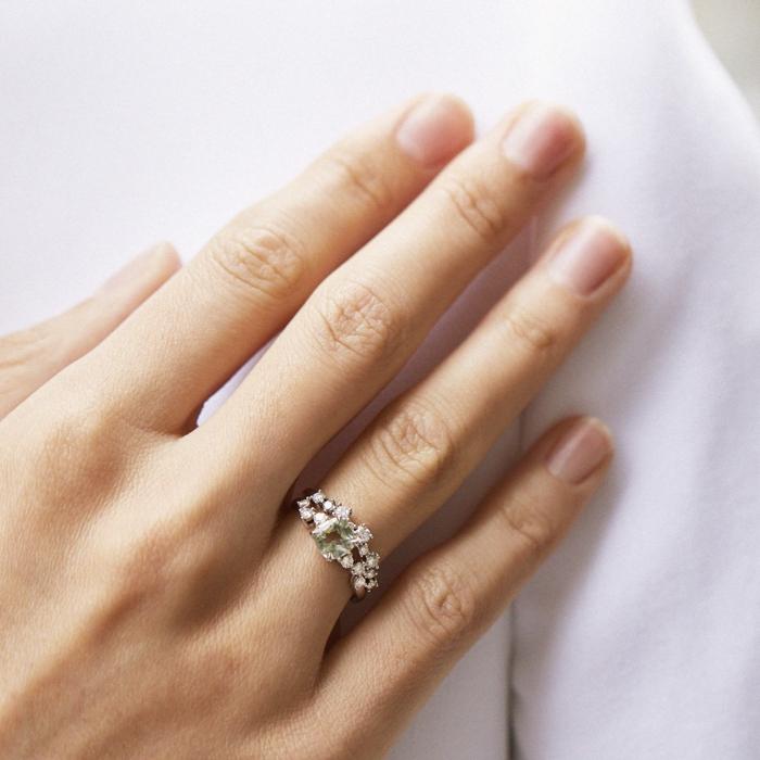 hand mit ring schliffarten für verlobungsringe